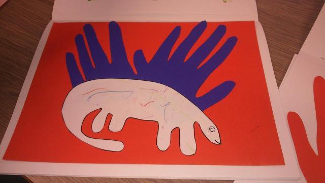 Dinosaure avec les 2 mains